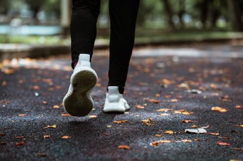 Manfaat jalan kaki 10,000 langkah sehari